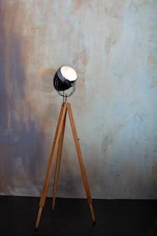 Stilvolle lampe auf stativ im raum.