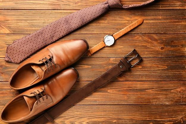 Stilvolle männliche accessoires auf hölzernem hintergrund