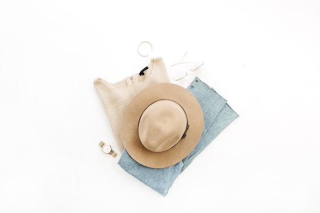 Stilvolle modekleidung und zubehör der frau auf weißem hintergrund. flach legen