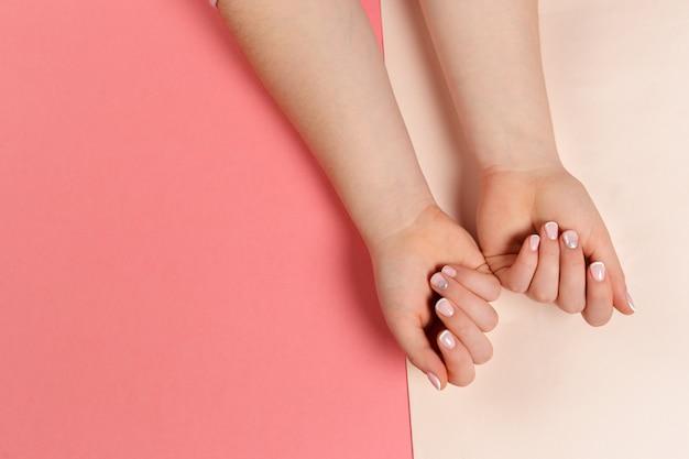Stilvolle modische weibliche maniküre