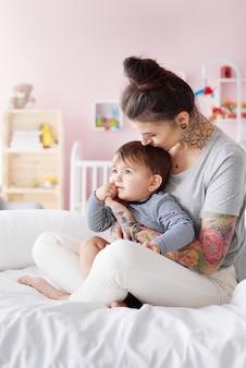 Stilvolle mutter mit ihrem kleinen baby