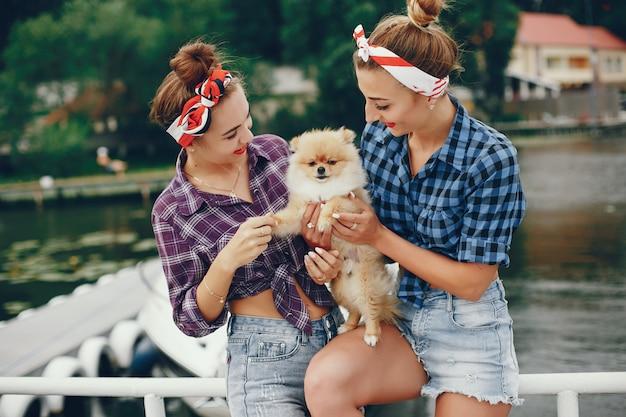 Stilvolle pin up girls mit dem kleinen hund