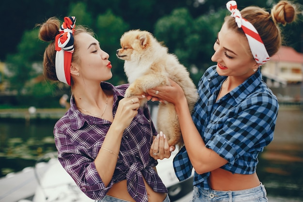Stilvolle pin up girls mit dem kleinen hund