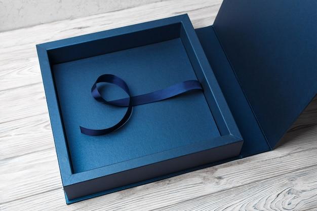 Stilvolle quadratische pappschachtel für ein fotoalbum.