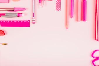 Stilvolle rosa Komposition von Schreibwaren