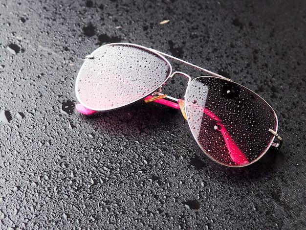 Stilvolle rosa sonnenbrille mit wassertropfen