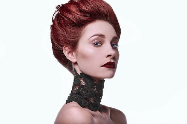 Stilvolle rothaarigefrau der schönheit mit frisur und tragendem halskettenschmuck