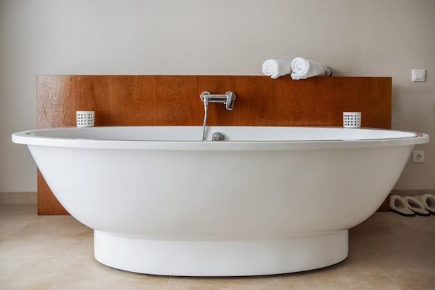 Stilvolle schneeweiße badewanne in einem modernen badezimmer.