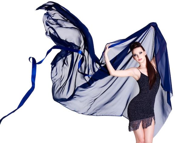 Stilvolle schöne glamourfrau mit blauem chiffon - weißer raum