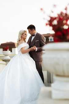 Stilvolle schöne glückliche braut und bräutigam, hochzeitsfeiern