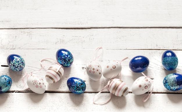 Stilvolle schöne komposition mit blauen ostereiern auf weißem holz.