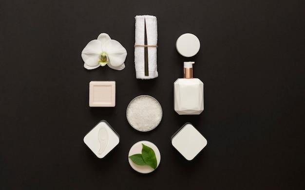 Stilvolle schwarz-weiße spa-komposition. selbstpflege in quarantäne und selbstisolation. spa und sauberkeit. home beauty essentials.