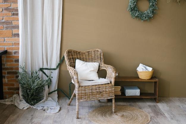 Stilvolle skandinavische weihnachtswohn- oder esszimmerdekoration