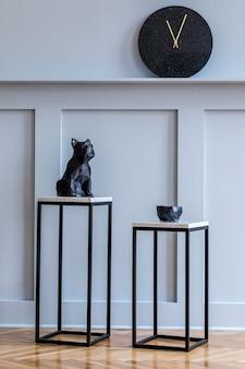 Stilvolle skandinavische wohnzimmereinrichtung mit design-marmorhockern in minimalistischer wohnkultur