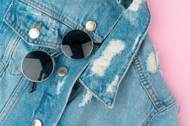 Stilvolle sommerausstattung für frau auf pastellrosawand