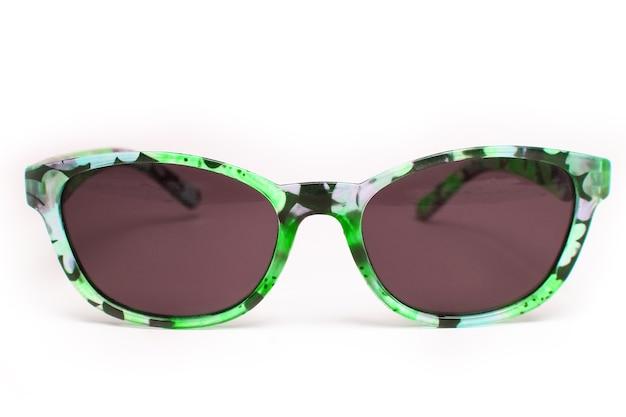 Stilvolle sonnenbrille auf weißer oberfläche
