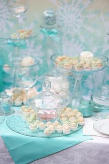 Stilvolle süße tabelle auf hochzeits- oder ereignisparty