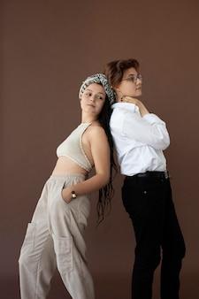 Stilvolle teenager posieren zusammen