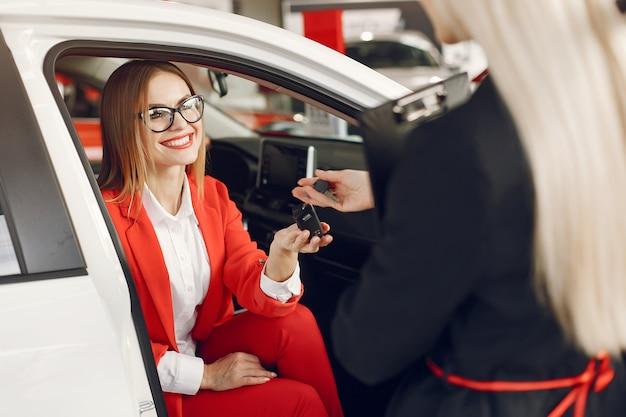 Stilvolle und elegante frauen in einem autosalon