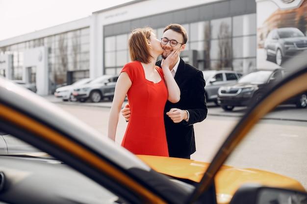 Stilvolle und elegante paare im autosalon