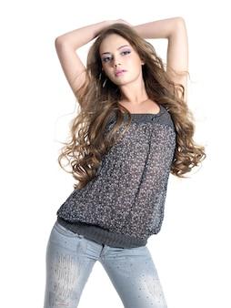 Stilvolle und glamouröse junge schöne frau, die im studio lokalisiert auf weiß aufwirft.