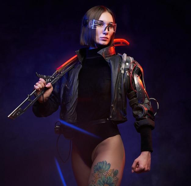 Stilvolle und gleichzeitig gefährliche attentäterin aus der zukunft mit glühendem schwert. soldatin im cyberpunk-stil mit implantat und brille.