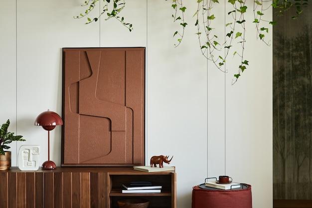 Stilvolle und kreative wohnzimmereinrichtung mit holzkommode, strukturmalerei, pflanzen und persönlicher dekoration. sonniger und stilvoller raum, minimalistischer stil. vorlage.