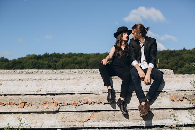 Stilvolle und moderne paare, die zeit draußen verbringen und mit einander flirten.