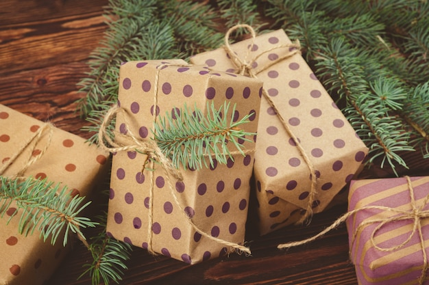Stilvolle verzierte weihnachtsgeschenke über brauner holzoberfläche