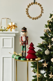Stilvolle weihnachtskomposition im wohnzimmer mit weißem kamin, weihnachtsbaum und kranz, sternen, geschenken und dekoration. der weihnachtsmann kommt. vorlage.