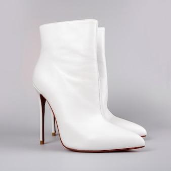 Stilvolle weiße stiefel