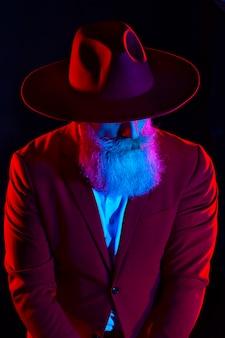 Stilvoller alter mann im roten anzug. modischer mann. schöner mann