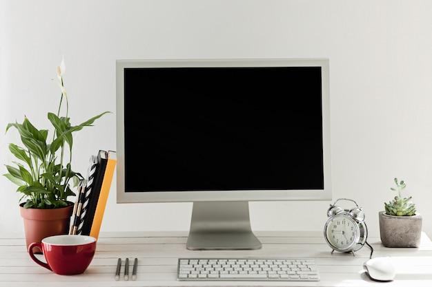 Stilvoller arbeitsbereich mit computer zu hause oder im studio