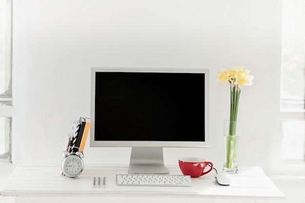 Stilvoller arbeitsbereich mit computer zu hause