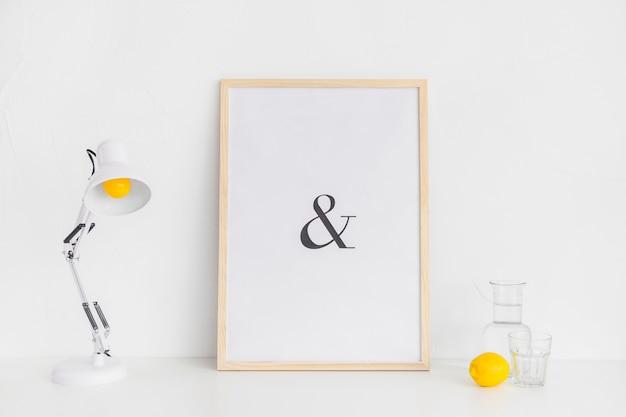 Stilvoller arbeitsplatz in weiß und gelb für kreativität