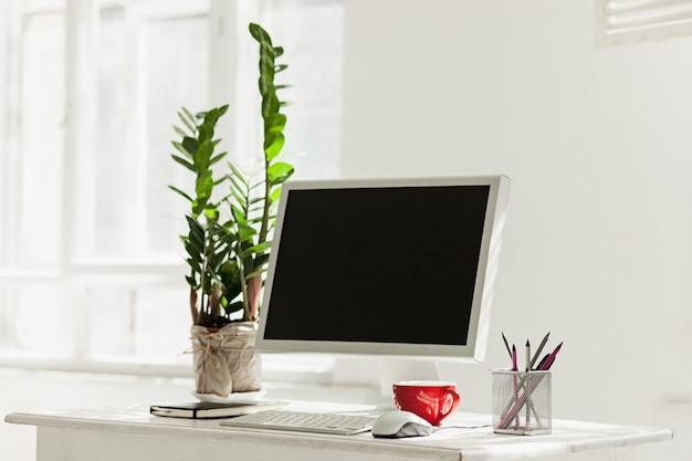 Stilvoller arbeitsplatz mit computer zu hause oder studio