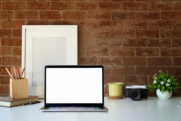 Stilvoller arbeitsplatzmodelllaptop und -plakat für grafische anzeigenmontage