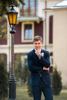 Stilvoller bräutigam schöner mann stil hochzeitstag