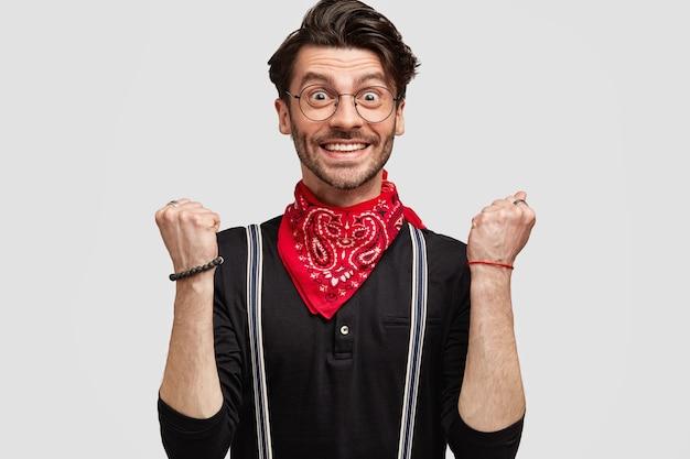 Stilvoller brunet-mann, der rotes kopftuch trägt