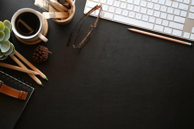 Stilvoller dunkler lederner schreibtisch des arbeitsplatzes, arbeitsplatz mit, tastaturcomputer