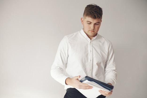 Stilvoller geschäftsmann, der in einem büro arbeitet und das telefon benutzt