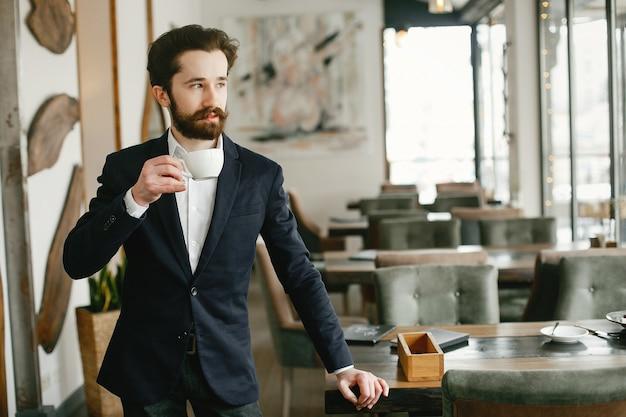 Stilvoller geschäftsmann, der in einem büro arbeitet