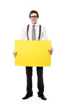 Stilvoller geschäftsmann mit leerer plakatwand
