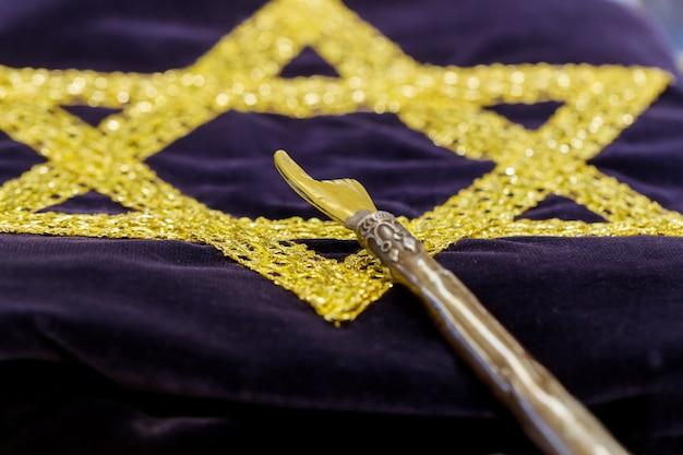 Stilvoller geschnitzter yad-zeiger zum lesen der thora