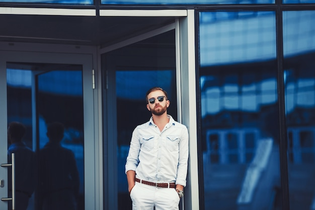 Stilvoller gutaussehender mann im hemd