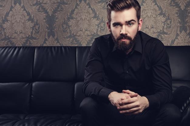 Stilvoller gutaussehender mann mit einem bart