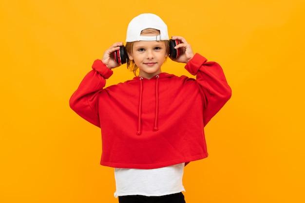 Stilvoller junge im roten sweatshirt und im weißen t-shirt legt hände auf seine brust