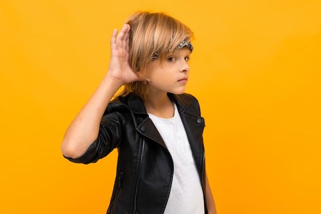 Stilvoller junge in schwarzer jacke und weißem t-shirt denkt an etwas