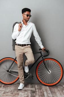 Stilvoller junger afroamerikanischer mann in der sonnenbrille