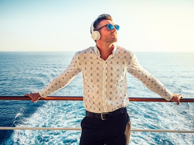 Stilvoller junger mann auf dem deck